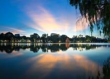 Lac Hoan Kiem ou Ho Guom, lac sword, le centre de la capitale de Hanoï, Vietnam au crépuscule Branches de saule sur le premier pl Image libre de droits