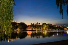 Lac Hoan Kiem ou Ho Guom, lac sword, le centre de la capitale de Hanoï, Vietnam au crépuscule Branches de saule sur le premier pl Images stock