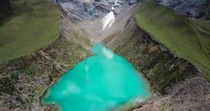 Lac Humantay au Pérou sur la montagne de Salcantay dans les Andes à l'altitude de 5473m, vidéo aérienne banque de vidéos