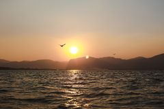 Lac Inle, Myanmar - 25 février 2014 : Coucher du soleil sur le lac Inle, Myanmar Images stock