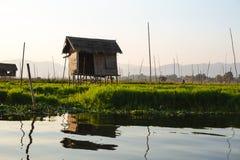 Lac Inle, Myanmar : LE 25 FÉVRIER 2014 : Maisons en bois d'échasse sur des piles i photo stock