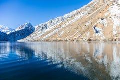 Lac Iskanderkul d'hiver, montagnes de Fann, le Tadjikistan Photographie stock libre de droits