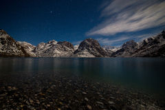 Lac Iskanderkul d'hiver, montagnes de Fann, le Tadjikistan Photos stock