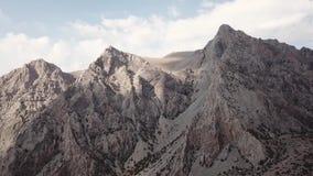 Lac Iskanderlul Capturé du dessus de la montagne la plus proche de 3000 mètres au-dessus de niveau de la mer banque de vidéos