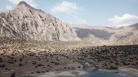 Lac Iskanderlul Capturé du dessus de la montagne la plus proche de 3000 mètres au-dessus de niveau de la mer clips vidéos