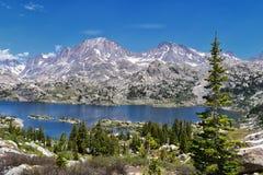 Lac island dans la chaîne de Wind River, Rocky Mountains, Wyoming, vues de sentier de randonnée se baladant au bassin de Titcomb  Photo libre de droits