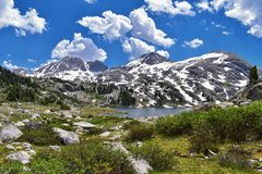 Lac island dans la chaîne de Wind River, Rocky Mountains, Wyoming, vues de sentier de randonnée se baladant au bassin de Titcomb  Images libres de droits