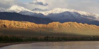 Lac Issyk-Kul au Kirghizistan, l'Asie centrale photographie stock libre de droits