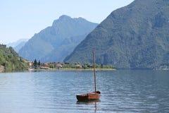 Lac Italie, montagnes, petit voilier, ciel bleu photographie stock