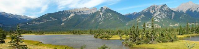 Lac jasper et montagnes rocheuses Image stock