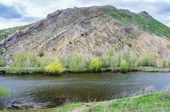Lac karst au pied de la montagne de no., extrémité du sud des montagnes d'Ural de l'arête Karamurun-tau Images libres de droits