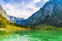 Lac Koenigssee avec des montagnes d'Alpes, Konigsee, Berchtesgaden Nati image libre de droits