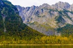 Lac Koenigssee avec des montagnes d'Alpes, Konigsee, parc national de Berchtesgaden, Bavi?re, Allemagne photos libres de droits