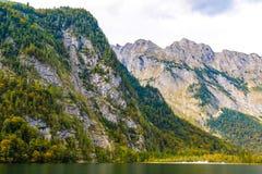 Lac Koenigssee avec des montagnes d'Alpes, Konigsee, parc national de Berchtesgaden, Bavi?re, Allemagne photo libre de droits