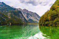 Lac Koenigssee avec des montagnes d'Alpes, Konigsee, parc national de Berchtesgaden, Bavi?re, Allemagne photographie stock libre de droits