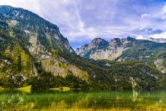 Lac Koenigssee avec des montagnes d'Alpes, Konigsee, parc national de Berchtesgaden, Bavi?re, Allemagne image stock