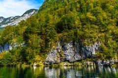 Lac Koenigssee avec des montagnes d'Alpes, Konigsee, parc national de Berchtesgaden, Bavi?re, Allemagne images stock