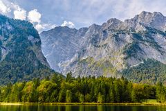 Lac Koenigssee avec des montagnes d'Alpes, Konigsee, parc national de Berchtesgaden, Bavi?re, Allemagne photographie stock