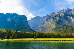 Lac Koenigssee avec des montagnes d'Alpes, Konigsee, parc national de Berchtesgaden, Bavi?re, Allemagne photos stock
