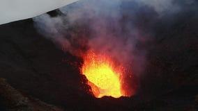 Lac lava en cratère de volcan actif, lave d'un rouge ardent d'éruption, gaz, cendres, vapeur