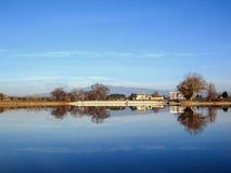 Lac Le lac de Monteux Beaulieu situé près d'Avignon et de Mont Ventoux, Provence, France du sud photos stock