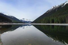 Lac Lillooet sur le pied de la montagne Photo stock