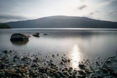 Lac lisse avec des roches photos libres de droits