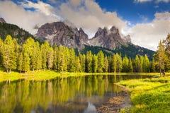 Lac magique en montagne photos stock