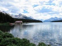 Lac Maligne, parc national de jaspe, toujours lac avec une poignée de photographie stock libre de droits
