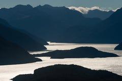 Lac Manapouri au coucher du soleil Photographie stock libre de droits