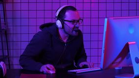 Lac mauvais de gamer fâché tout en jouant sur l'ordinateur Gamer émotif clips vidéos