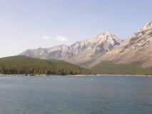 Lac Minnewanka dans les montagnes rocheuses au Canada image stock