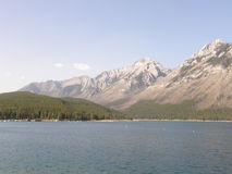 Lac Minnewanka dans les montagnes rocheuses au Canada image libre de droits