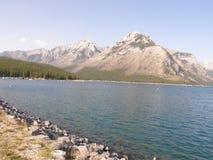 Lac Minnewanka dans les montagnes rocheuses au Canada photos libres de droits