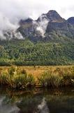 Lac mirror près de Milford Sound, Nouvelle-Zélande Images libres de droits