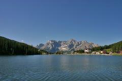 Lac Misurina avec Sorapis à l'arrière-plan Images libres de droits