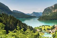 Lac Molveno, élu la plupart de beau lac en Italie Photos stock