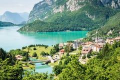 Lac Molveno, élu la plupart de beau lac en Italie Photographie stock libre de droits