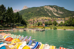 Lac Molveno, élu la plupart de beau lac en Italie Photographie stock