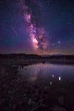 Lac mono aux paysages de la Californie de manière laiteuse de nuit image libre de droits