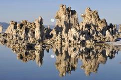 Lac mono et la lune en hausse Image stock
