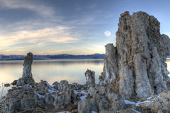 Lac mono et la lune en hausse Photographie stock