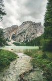 Lac mountain à Valle di Braies entouré par les forêts vertes Image stock