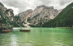 Lac mountain à Valle di Braies et bateaux en bois Photos stock