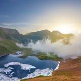 Lac mountain au coucher du soleil Image stock
