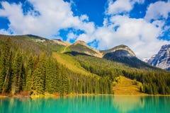 Lac mountain avec de l'eau vert Photographie stock