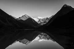 Lac mountain avec des réflexions BW photos stock