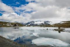 Lac mountain avec des réflexions de nuage, Norvège Photos libres de droits