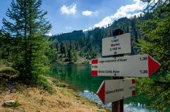 Lac mountain avec l'enseigne de trekking Photographie stock libre de droits