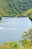 Lac mountain avec le barrage électrique hydraulique Photo libre de droits